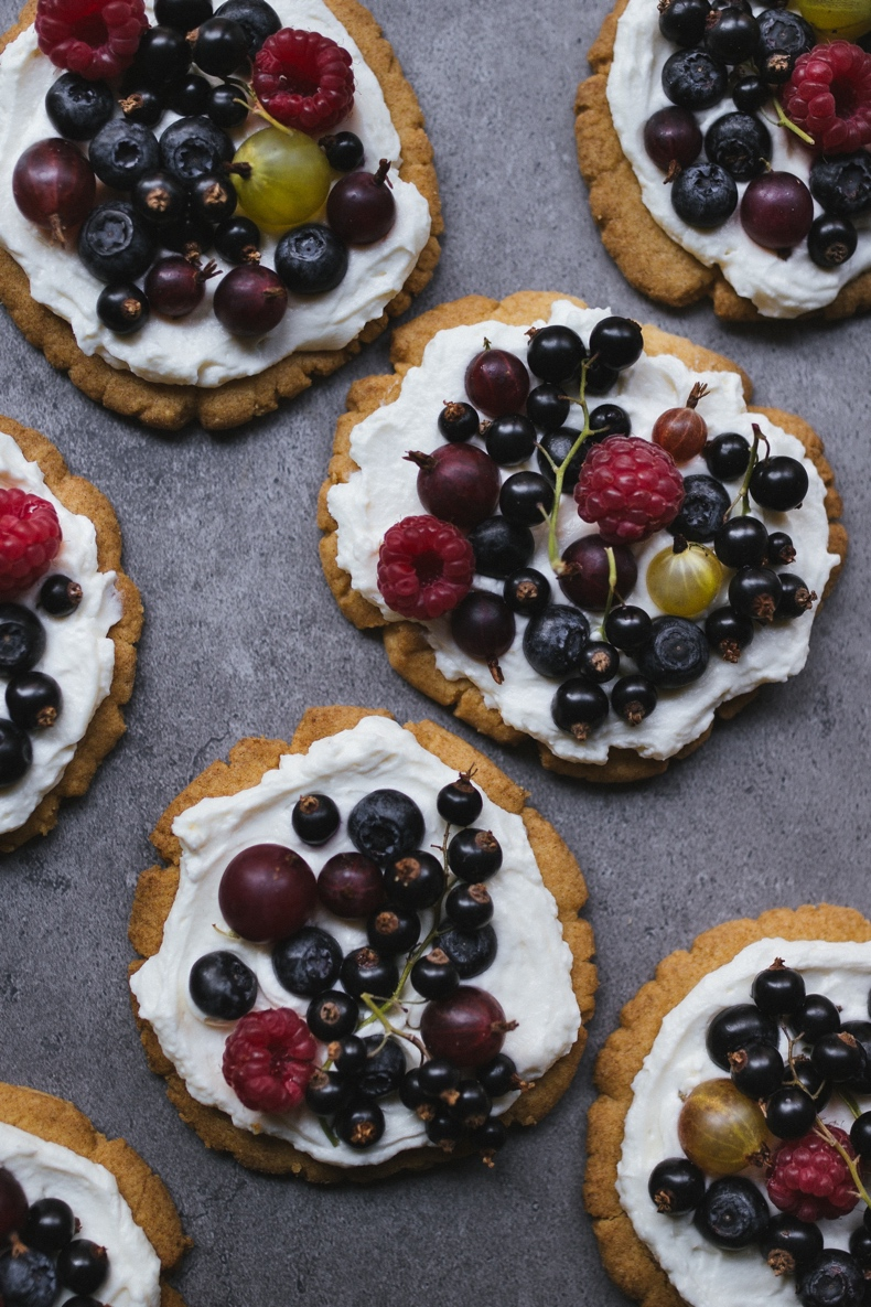 Shortbread Plates with Mascarpone cream and Beries by Tanya Balyanitsa (more seasonal recipes on Honeytanie.com)